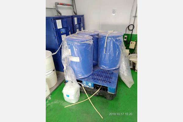 一個棧板上放置四個化學桶或油桶,導致搬運上的困難