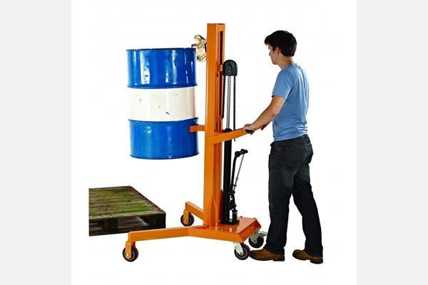 只能在棧板邊緣舉起化學桶或油桶,效率低且有公安危險