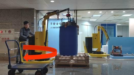 使用01B5SE吊車直接水平旋轉手臂把油桶、化學桶移到台車上