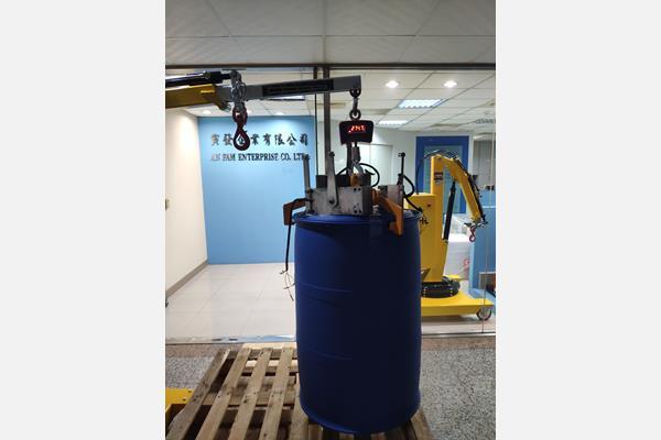 01B5SE吊車可搬運、秤重棧板上的最高270kg的化學桶或酸桶