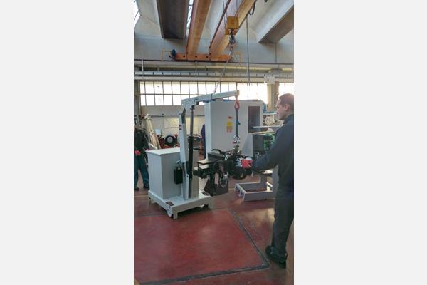 更換模具分享,移動式小吊車吊掛100kg以上重物到機台上組裝